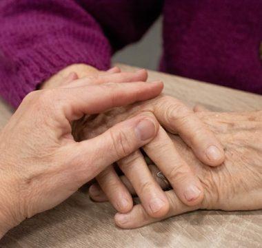 Pomoč starejšim na domu pri vsakodnevnih opravilih