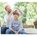 Odstranjevanje uši z glavnikom za uši in gnid